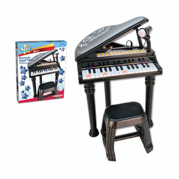 Velké piano se světlem a mikrofonem